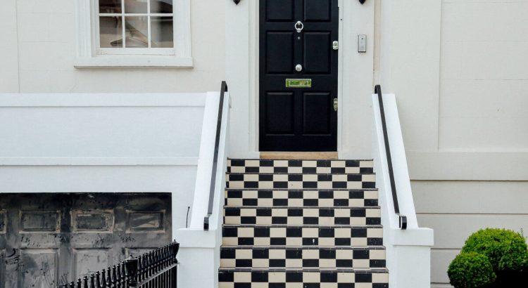 Блиндирана врата със стълби