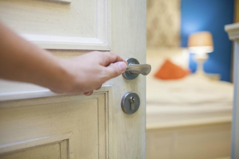 Отваряне на интериорна врата